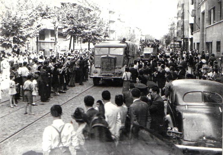"""Bulevardul Carol. Intrarea Armatei Sovietice în Bucureşti. - sursa: """"Fototeca online a comunismului românesc"""", cota: 61/1944"""