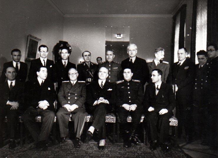 Membri ai guvernului Groza şi generali ruşi la Legaṭia Sovietică; Fototeca online a comunismului românesc, Fotografia #HA106, 11 martie 1945, cota 106/1945, ANR