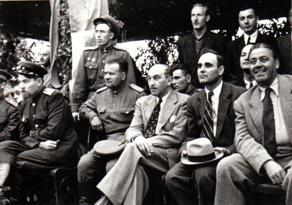 Meci de fotbal dintre o echipă muncitorească română şi o echipă sovietică; Fototeca online a comunismului românesc, cota 187/1945