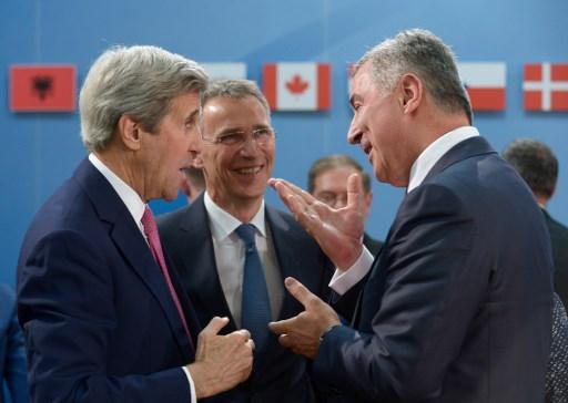 Prim-ministrul muntenegrean, Milo Djukanovic, discuta cu secretarul de stat american John Kerry si cu secretarul general al NATO,  Jens Stoltenberg, la reuniunea aliantei de la Bruxelles, pe 19 mai 2016.  / AFP PHOTO / JOHN THYS