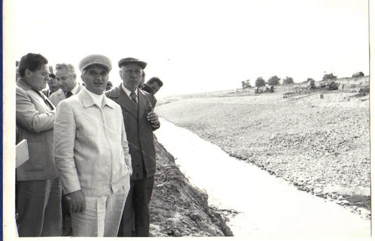 """Conducători de partid şi de stat în vizită de lucru pe şantierul Canalului Dunăre-Marea Neagră.(6.VIII.1979). sursa – """"Fototeca online a comunismului românesc"""", Cota: 117/1979"""