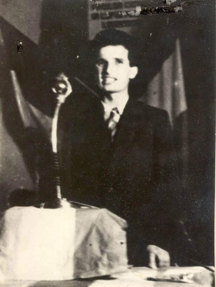 """Nicolae Ceauşescu vorbind la mitingul de primire a luptătorilor comunişti şi antifascişti, organizat de Apărarea Patriotică în Bucureşti. (10 septembrie 1944) sursa – """"Fototeca online a comunismului românesc"""", Cota: 20/1944"""