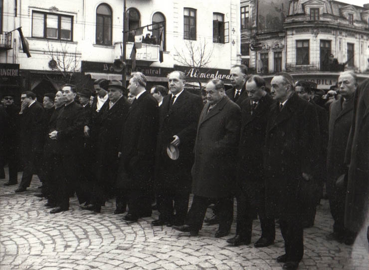 """O parte a delegaţiilor de peste hotare participante la funeraliile lui Gheorghe Gheorghiu-Dej. sursa – """"Fototeca online a comunismului românesc"""", Cota: 134/1954"""