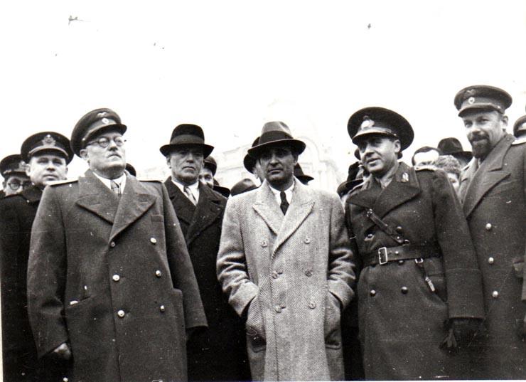 Membri ai guvernului Groza, încadraţi de Vîşinski şi un consilier sovietic;  Fototeca online a comunismului românesc, cota 134/1945