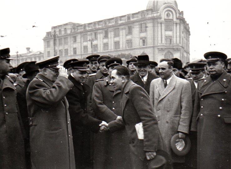 Membri ai guvernului împreună cu Vîşinski şi gen. Susaikov  Fototeca online a comunismului românesc, cota 139/1945