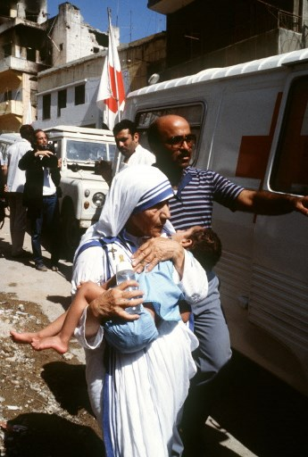 Maica Teresa viziteaza Beirutul de Nord in 1982. / AFP PHOTO / DOMINIQUE FAGET