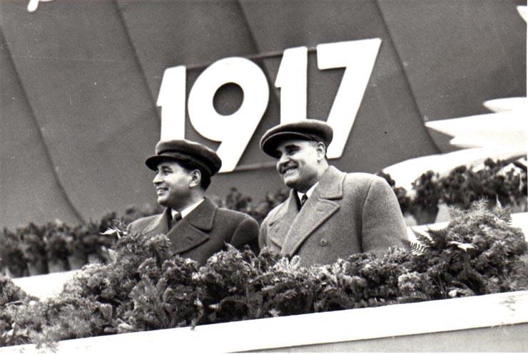 """Gh. Gheorghiu-Dej şi Gh. Apostol, în tribuna centrală din Piaţa Aviatorilor, la demonstraţia oamenilor muncii cu prilejul celei de-a 35-a aniversări a Marii Revoluţii Socialiste din Octombrie.(7.11.1952) - sursa – """"Fototeca online a comunismului românesc"""", Cota: 197/1952"""
