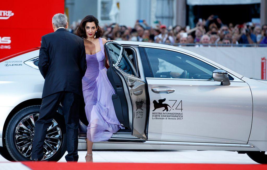 """Actorul George Clooney şi soţia sa Amal, sosiţi la premiera filmului """"Suburbicon"""" Foto: AP/TASS"""