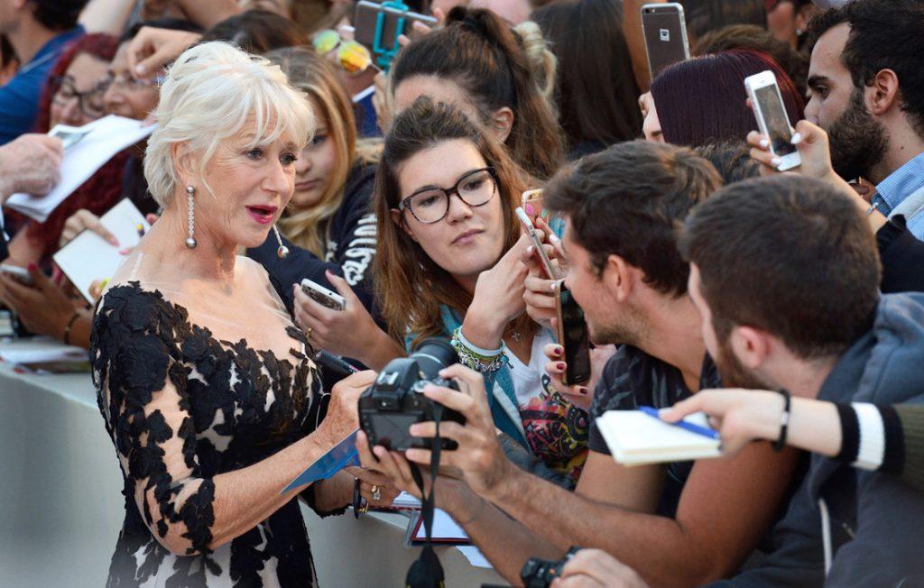 Actriţa britanică Helen Mirren dând autografe în timpul Festivalului de Film de la Veneţia Foto: abacapress/vostock-photo