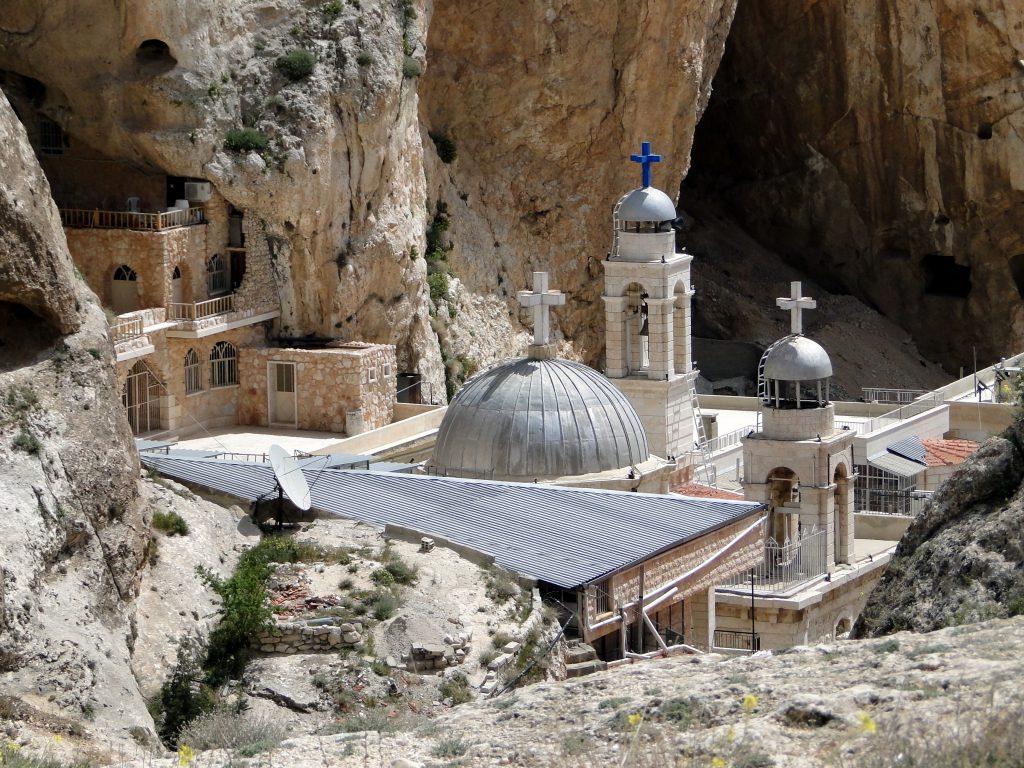 "Mănăstirea ""Sfânta Tecla"" (Mar Taqla) din Maaloula (sursa foto: https://en.wikipedia.org)"