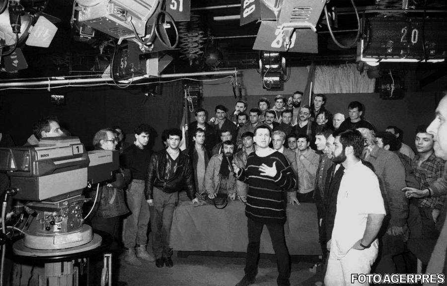 scriitorul Mircea Dinescu in platoul Televiziunii Romane - 21 decembrie 1989.