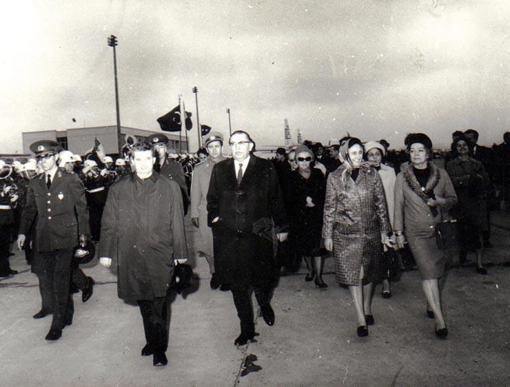 """Sosirea la Ankara a preşedintelui Consiliului de Stat al R.S.R., Nicolae Ceauşescu, împreună cu soţia, care la invitaţia preşedintelui Republicii Turcia, generalul Cevdet Sunay, a făcut o vizită oficială în Turcia.(24 martie 1969). Sursa:  """"Fototeca online a comunismului românesc"""", Cota: 10/1969"""