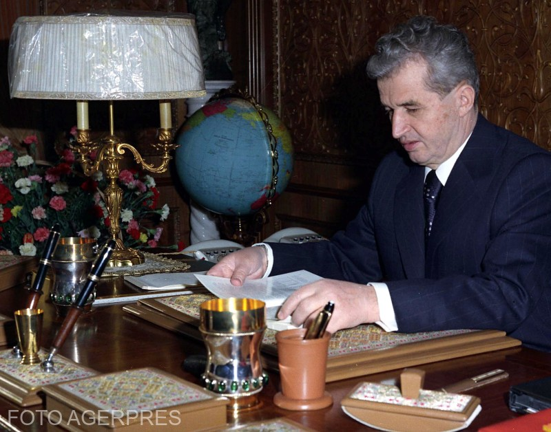 Nicolae Ceausescu, in cabinetul de  lucru, din Capitala.