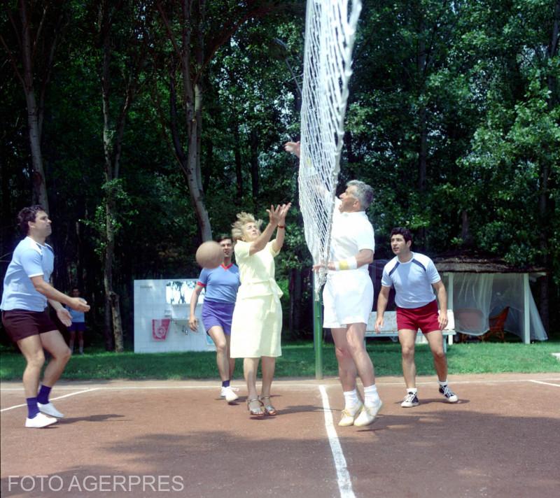 Elena Ceausescu si Nicolae Ceausescu, jucand volei.