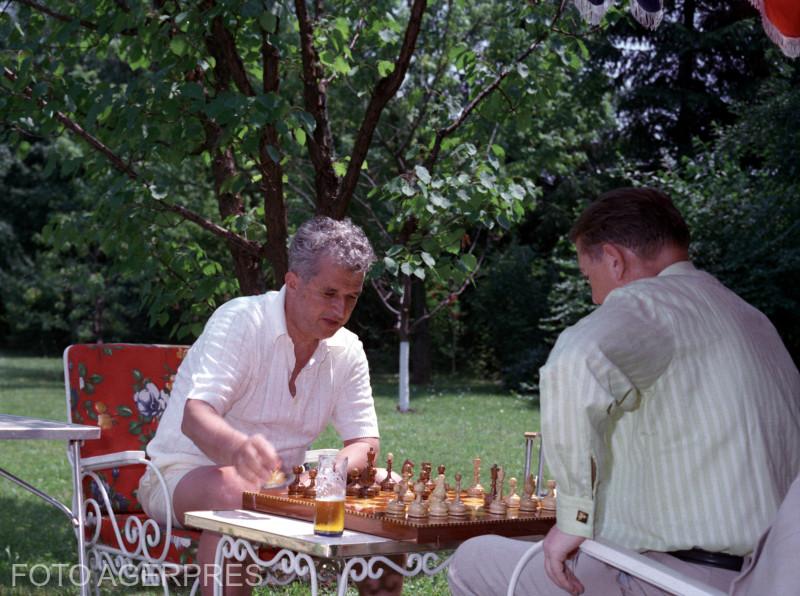 Nicolae Ceausescu jucand sah la Snagov.
