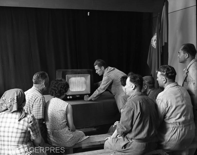 1957- Primele televizoare, grup de oameni privind.    800 dpi