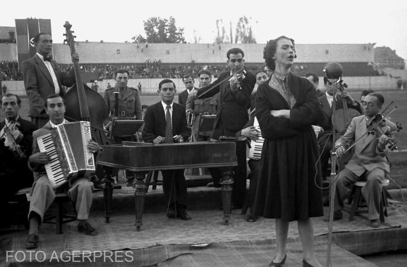 Maria Tanase cantand la spectacolul dat pentru sarbatorirea cuceririi Crimeei si strangerea de fonduri destinate ranitilor de pe front.iul.1942.