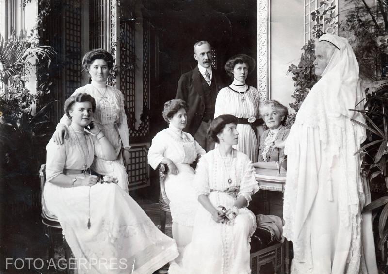 1912 - Regina Elisabeta la Sinaia, cu prilejul vizitei Principelui si Principesei de Wied.