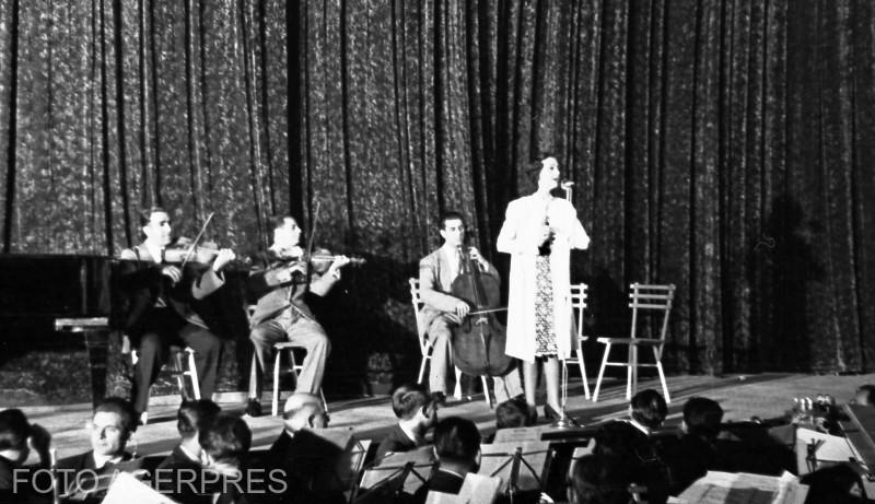 Cantareata Maria Tanase la un spectacol cultural, organizat in sala cinematografului 'Aro'' (actual 'Patria') din Bucuresti.