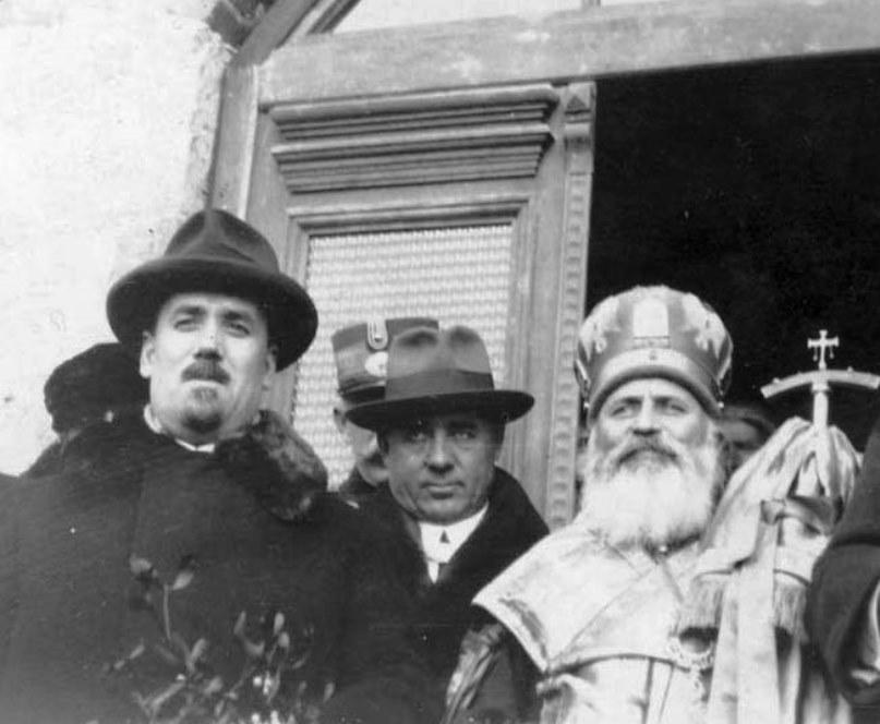 Pan Halippa (stânga), Ștefan Holban și mitropolitul Gurie Grosu, prezenți la un eveniment religios în Nisporeni, 1930. Sursa foto: https://ro.wikipedia.org