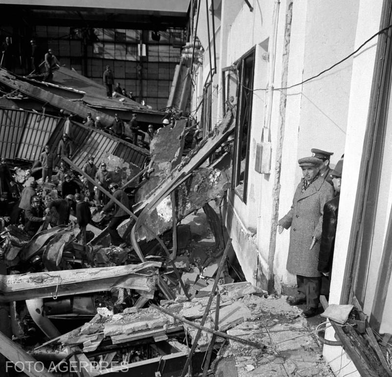 Nicolae Ceausescu la Termocentrala Militari din Bucuresti, dupa cutremurul devastator din 4 Martie 1977.