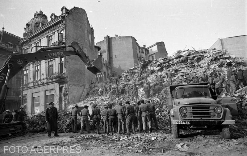 Cutremurul din 1977 (Cutremurul din '77) a fost un puternic seism care s-a produs la ora 21:22 in data de 4 martie 1977, cu efecte devastatoare asupra Romaniei; imagine din Bucuresti cu imobilul in care si-a pierdut viata interpreta Doina Badea.