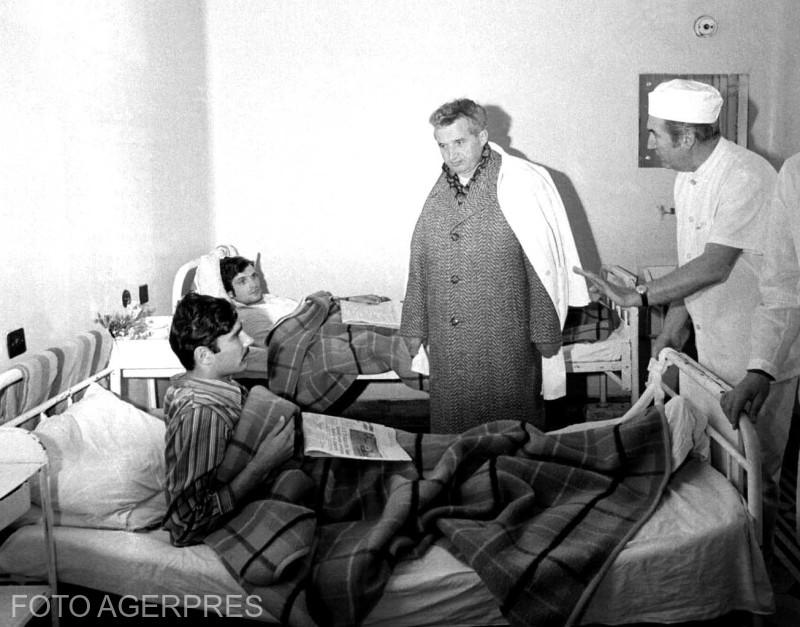 Nicolae Ceausescu vizitand persoanele spitalizate, in urma cutremurului din 4 martie 1977.
