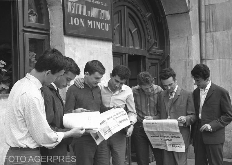 "Tineri studenti ai Institutului de Arhitectura ""Ion Mincu"", citind din ziar proiectul Constitutie din 1965."