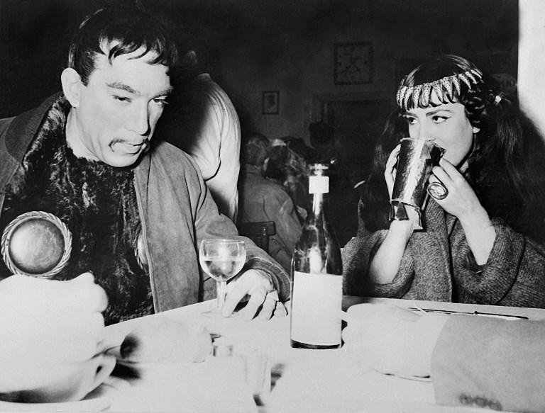"Anthony Quinn si Colette Regis pe durata filmarilor la pelicula ""Attila"" in 1954. AFP PHOTO / AFP PHOTO"