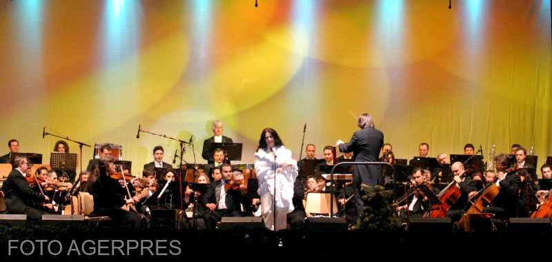 """Concert sustinut de soprana Angela Gheorghiu, acompaniata de orchestra Filarmonicii """"George Enescu"""" din Bucuresti, 24 aprilie 2005. """"STIRE PE FLUX"""" ROMPRES Foto/ Simion MECHNO"""