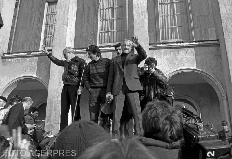 Manifestatia anticomunista din 12 ianuarie 1990 s-a desfasurat cu ocazia zilei de doliu national pentru cei cazuti in Revolutia din decembrie 1989; Gelu Voican Voiculescu (stg.), Ion Caramitru (ctr.) si Sergiu Nicolaescu (dr.) vorbind manifestantilor din Piata Victoriei.