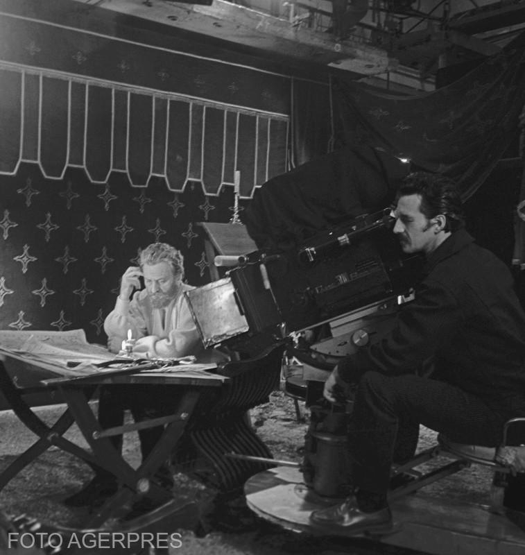 Scena din filmul 'Mihai Viteazul', in regia lui Sergiu Nicolaescu. In imagine: actorul Amza Pellea (stg) si regizorul Sergiu Nicolaescu (dr). (1970)