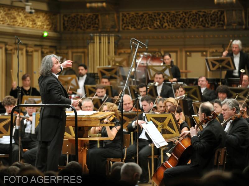 Orchestra Filarmonicii 'George Enescu', dirijor Horia Andreescu, la concertul extraordinar sustinut de artisti consacrati si tinere talente ale scenei lirice romanesti. Evenimentul este organizat de Ministerul Culturii, la Ateneul Roman.
