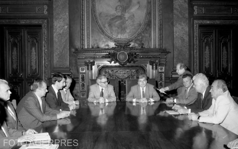 Instalarea guvernatorului Bancii Nationale a Romaniei. In prim plan: Mugur Isarescu (stg), guvernatorul BNR si Adrian Severin (dr). 6.09.1990