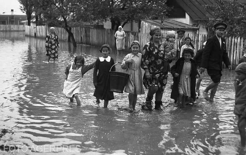 Strazi inundate in Bucuresti. (placa fotografica 1927)