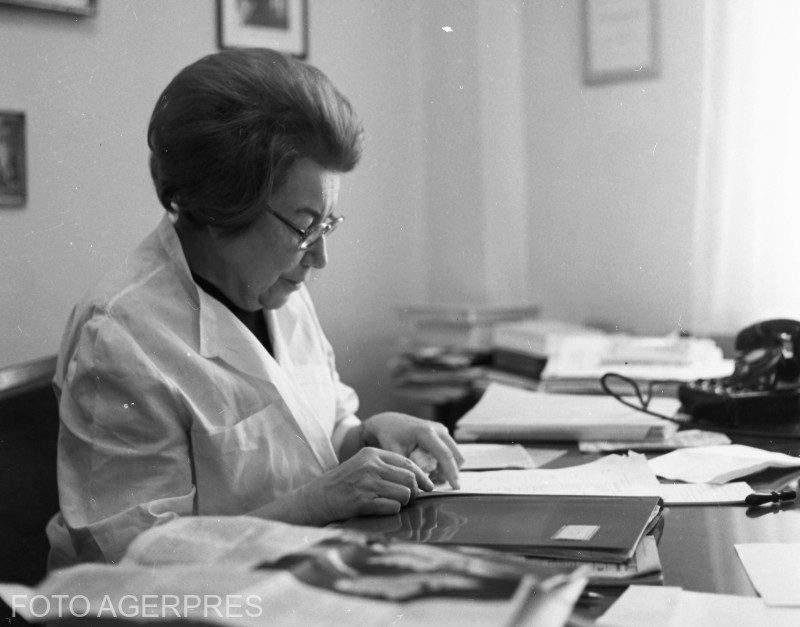 Ana Aslan, medic roman specialist in gerontologie, academician din 1974 si director al Institutului National de Geriatrie si Gerontologie (1952 - 1988), in timpul unui interviu. (1971)