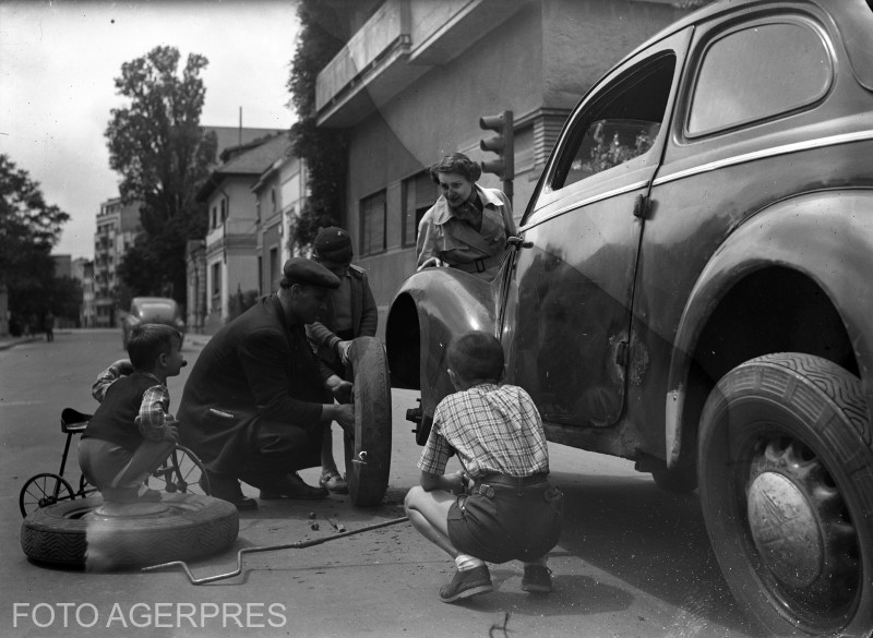 Schimbarea rotii unui automobil pe una din strazile Capitalei (anii '50 - placa fotografica).