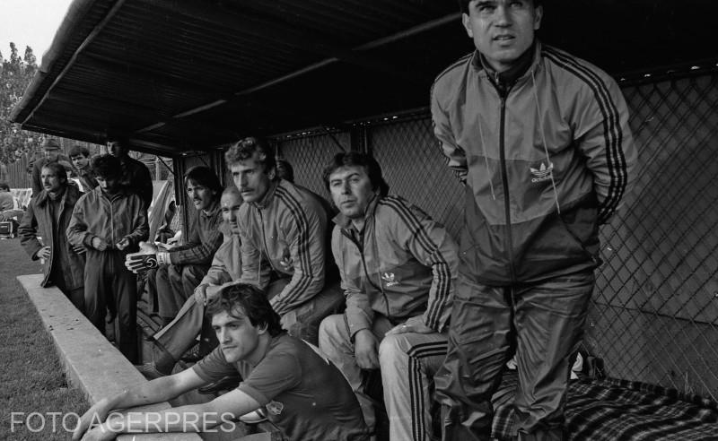 Meciul de fotbal dintre echipele Steaua Bucuresti si Anderlecht Bruxelles (scor 3-0), contand pentru mansa a doua a semifinalelor Cupei Campionilor Europeni, editia 1985-1986; in imagine: Anghel Iordanescu (dr.), antrenor secund al echipei Steaua.