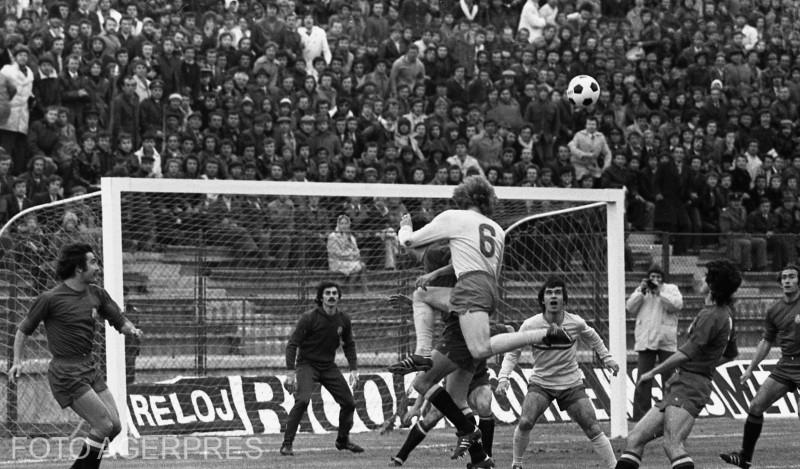 Meciul de fotbal dintre reprezentativele Romaniei si Spaniei (1 - 0), din cadrul preliminariilor Campionatului Mondial de Fotbal din anul 1978; in imagine: Anghel Iordanescu (ctr.-dr.).