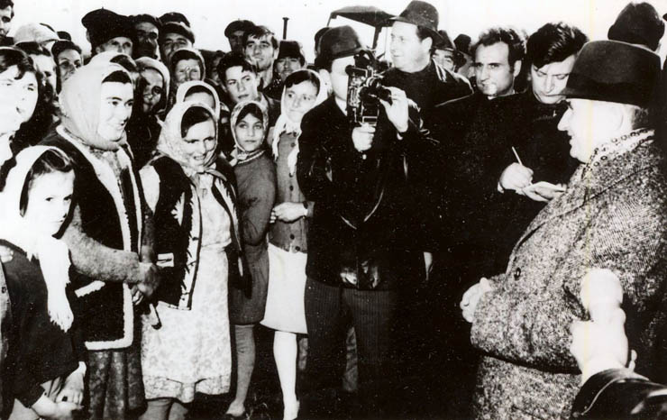 """Nicolae Ceauşescu în vizita de lucru la C.A.P. Fundulea. (8 nov.1972) sursa – """"Fototeca online a comunismului românesc"""", Cota: 11/1972"""