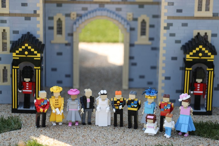 A Lego display shows Britain's Prince Harry (CR) and bride-to-be US actress Meghan Markle (CL) standing with their families on their wedding day outside a Lego-brick model of Windsor Castle at Legoland in Windsor on May 8, 2018 during a photo call for its attraction celebrating the upcoming royal wedding. Prince Harry and US actress Meghan Markle will marry on May 19 at St. George's Chapel at Windsor Castle. / AFP PHOTO / Daniel LEAL-OLIVAS