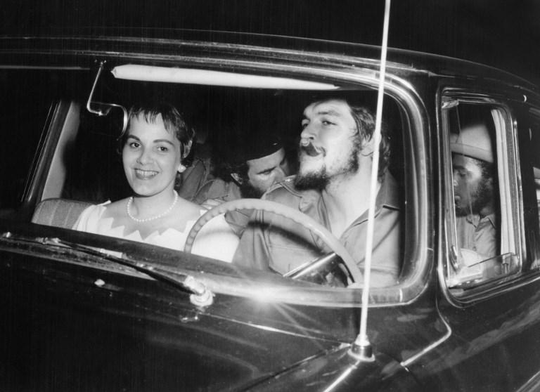 """Ernesto """"Che"""" Guevara la volan, alaturi de sotia Aleida March(1968) AFP PHOTO/ARCHIVO FAMILIAR / AFP PHOTO / ARCHIVO FAMILIAR"""