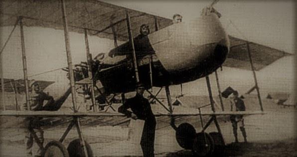 Vasile Niculescu la comanda avionului Farman 40 cu care a zburat cu documentele Marii Uniri,